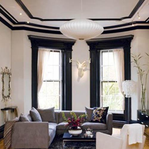 Czarno-biała aranżacja salonu z listwami wokółokiennymi