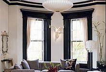czarno-biała aranżacja salony z listwami wokółokiennymi