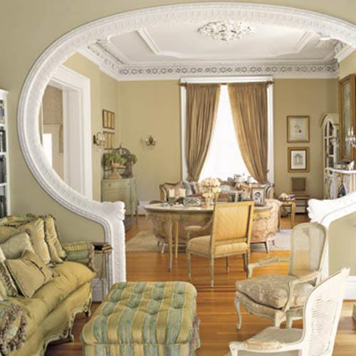 Oryginalne wejście do pokoju zwieńczone sztukaterią