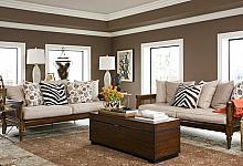 brązowy salon urozmaicony białymi listwami ściennymi i sufitowymi