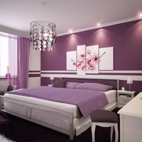 Fioletowa sypialnia z oświetloną listwą sufitową