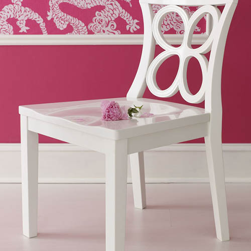 Róż w towarzystwie białych dodatków - listew ściennych, tworzących ramę dla dekoracyjnej, orientalnej tapety oraz listwy przypodłogowej