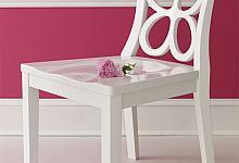 róż w towarzystwie białych dodatków- listew ściennych, tworzących ramę dla dekoracyjnej, orientalnej tapety oraz listwy przypodłogowej.