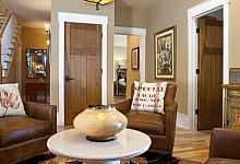rustykalne wnętrze z ozdobnymi opaskami wokół drzwi