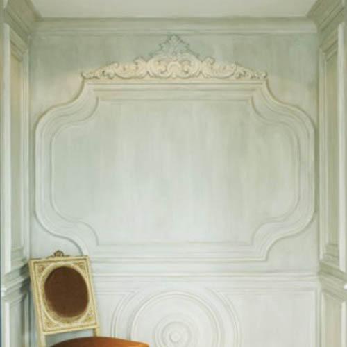 Oryginalna dekoracja ściany dzięki odpowiednio dobranej sztukaterii i efektowi postarzania